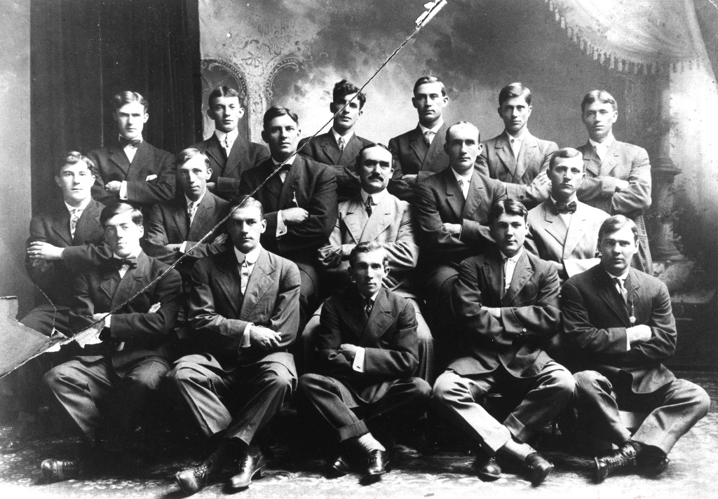 Richard Kinsella (center, with moustache) and one of his teams. (Sangamon Valley collection)