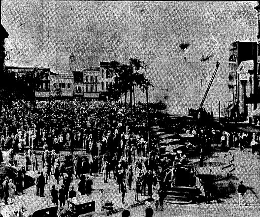 An estimated 5,000 people crowd onto the lawn of what is now the Old Capitol State Historic Site to watch firemen battle The Boston Store fire. (SJR)