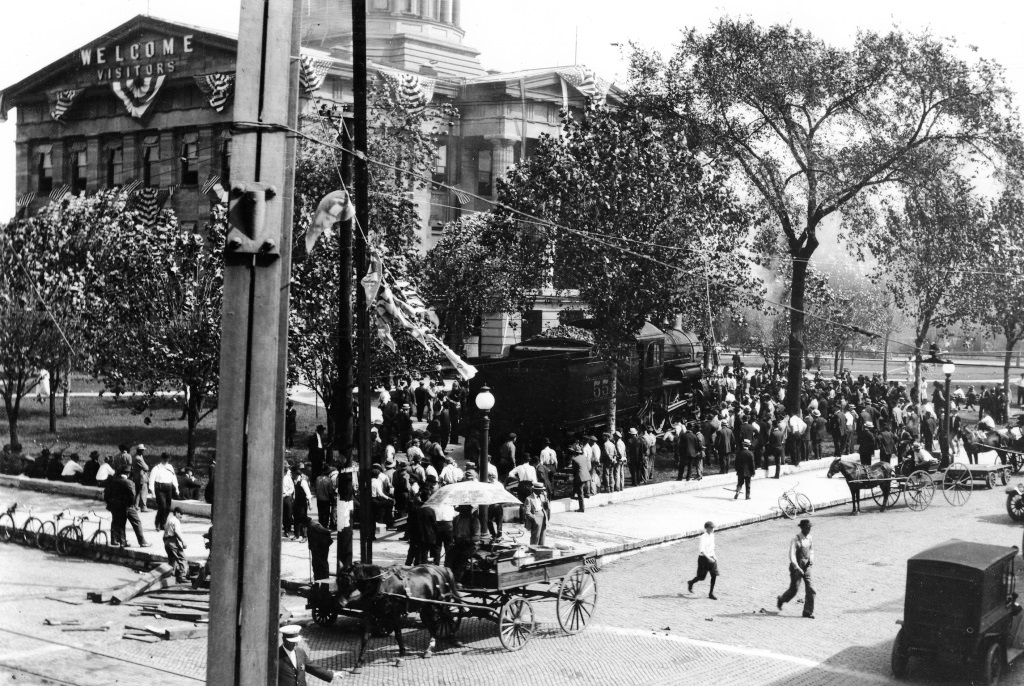 Spectators crowd around Engine No. 533 on the courthouse lawn. Part of one of the downtown arches can be seen on the left (Sangamon Valley Collection)